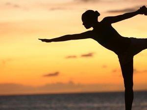 夕阳下的瑜伽运动