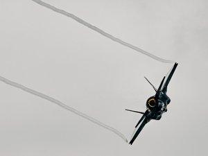 飞行中的F-35战斗机