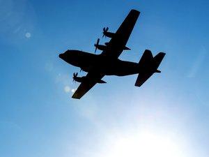飞行的C-130运输机