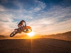 刺激的越野摩托运动