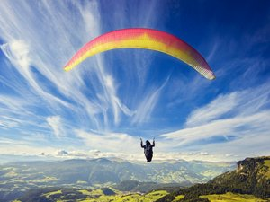 空中的滑翔伞运动