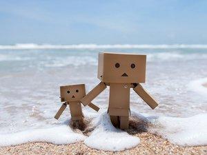 海边嬉戏的纸盒人