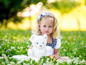 草地上的小女孩
