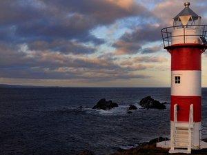 在海边屹立的灯塔