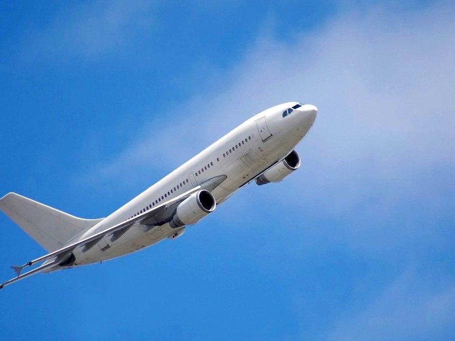 遨游蓝天的飞机