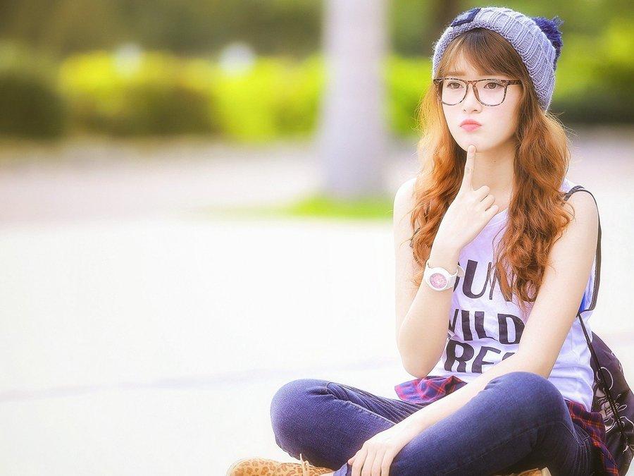 卖萌眼镜女孩
