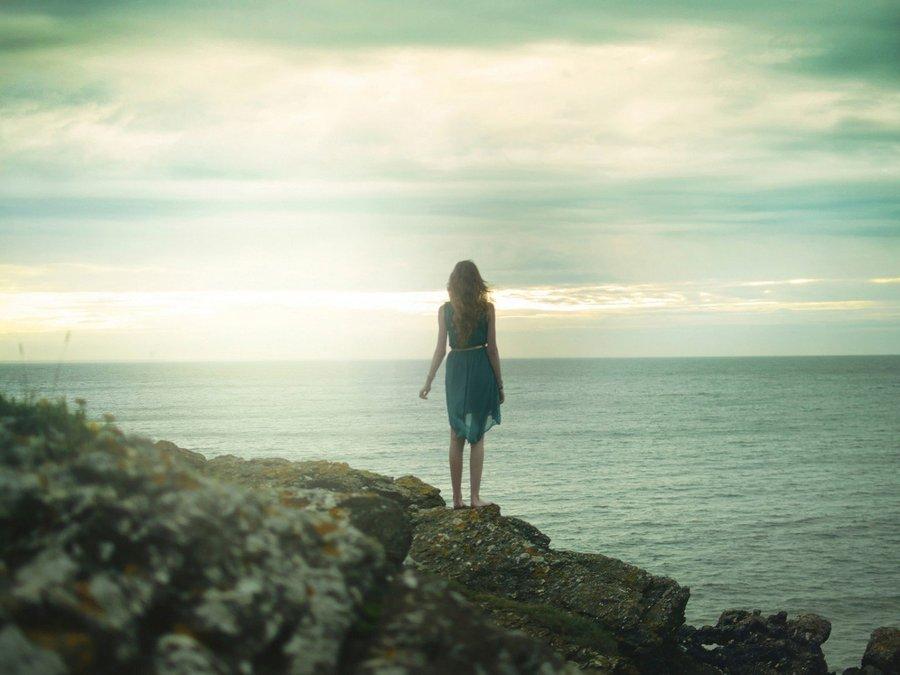 海边孤独的背影