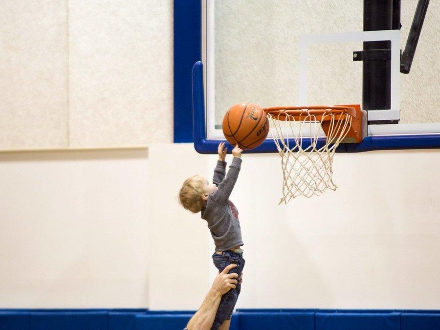 小孩打篮球