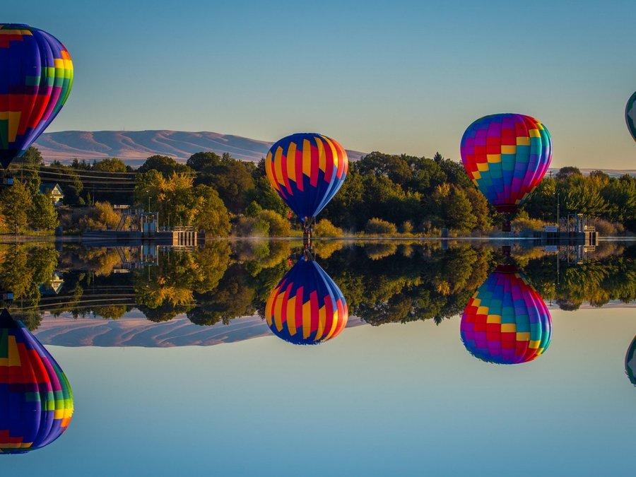 湖面上的彩色热气球