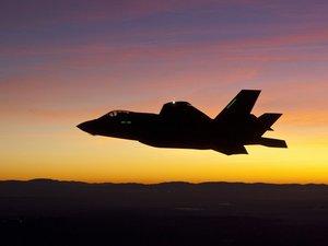 夜间飞行的F-35战斗机