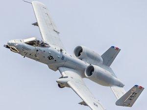 飞行中的A-10攻击机