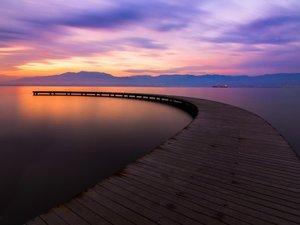 湖中的木桥