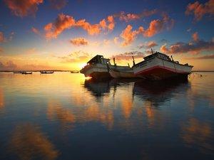 黄昏下的船只