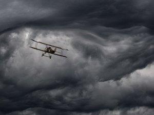 乌云下的双翼机