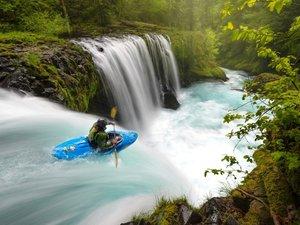 惊险的皮划艇运动