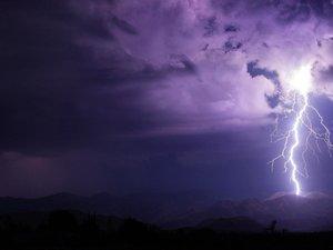 云层下的闪电