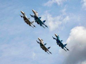 飞行中的苏-27战斗机