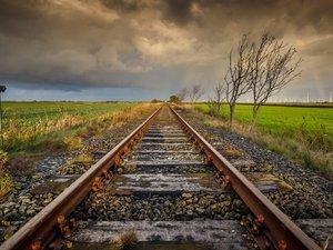 笔直的铁轨