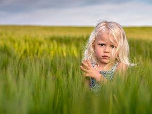 草丛中的小女孩