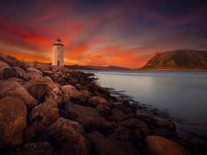 黄昏下的海边灯塔