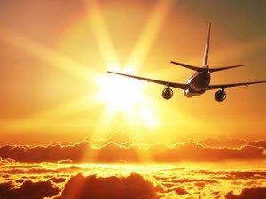 夕阳下飞行的客机